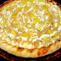 Pizza de Molho, muzzarela, presunto, frango desfiado, champignon, creme de leite, cebola e orégano